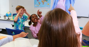 Σχολικά παιδιά που ενοχλούν το δάσκαλο στην τάξη απόθεμα βίντεο