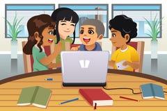 Σχολικά παιδιά που εργάζονται γύρω από έναν φορητό προσωπικό υπολογιστή ελεύθερη απεικόνιση δικαιώματος