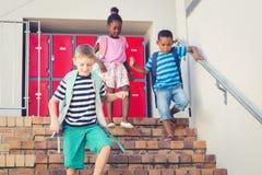 Σχολικά παιδιά που κατεβαίνουν από τη σκάλα Στοκ Εικόνες