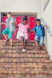 Σχολικά παιδιά που κατεβαίνουν από τη σκάλα Στοκ Φωτογραφία