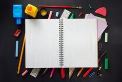Σχολικά προμήθειες και σημειωματάριο στο ξύλο Στοκ εικόνες με δικαίωμα ελεύθερης χρήσης