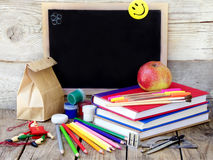 Σχολικές προμήθειες, μήλα, βιβλίο Στοκ Φωτογραφίες