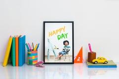 Σχολικές προμήθειες στον πίνακα Στοκ φωτογραφίες με δικαίωμα ελεύθερης χρήσης