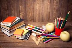 Σχολικές προμήθειες στο ξύλινο υπόβαθρο έτοιμο για το σχέδιό σας Στοκ Φωτογραφία