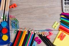 Σχολικές προμήθειες στο ξύλινο υπόβαθρο Στοκ φωτογραφίες με δικαίωμα ελεύθερης χρήσης