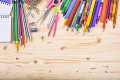 Σχολικές προμήθειες στο ξύλινο υπόβαθρο διανυσματική απεικόνιση