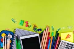 Σχολικές προμήθειες στο πράσινο υπόβαθρο Στοκ φωτογραφίες με δικαίωμα ελεύθερης χρήσης