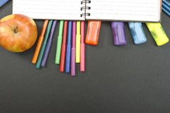 Σχολικές προμήθειες στο υπόβαθρο πινάκων με το copyspace για το κείμενό σας, σχέδιο Πίσω στη σχολική έννοια για το έμβλημα Στοκ φωτογραφίες με δικαίωμα ελεύθερης χρήσης