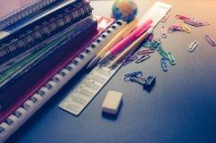 Σχολικές προμήθειες στο υπόβαθρο πινάκων στοκ φωτογραφία