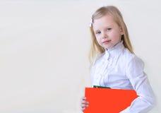 Σχολικής ηλικίας παιδί με ένα βιβλίο Στοκ Εικόνες