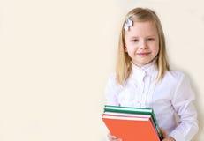 Σχολικής ηλικίας παιδί με ένα βιβλίο Στοκ εικόνα με δικαίωμα ελεύθερης χρήσης