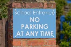 Σχολική είσοδος - κανένας χώρος στάθμευσης δεν υπογράφει ανά πάσα στιγμή Στοκ εικόνες με δικαίωμα ελεύθερης χρήσης