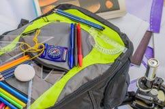 Σχολική τσάντα, σακίδιο πλάτης, μολύβια, μάνδρες, γόμα, σχολείο, διακοπές, κυβερνήτες, γνώση, βιβλία Στοκ Φωτογραφία
