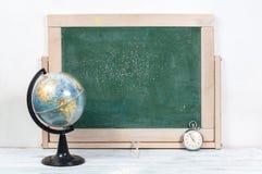 Σχολικοί πίνακας, σφαίρα και ρολόγια Στοκ εικόνες με δικαίωμα ελεύθερης χρήσης