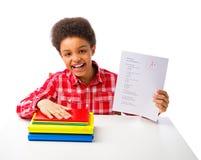 Σχολικό αγόρι αφροαμερικάνων με τη δοκιμή βαθμού Α στοκ φωτογραφία