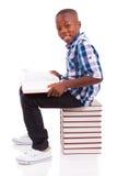 Σχολικό αγόρι αφροαμερικάνων που διαβάζει ένα βιβλίο - μαύροι Στοκ Εικόνες