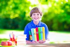 Σχολικό αγόρι με τα βιβλία Στοκ Εικόνες