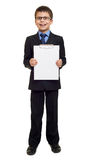 Σχολικό αγόρι στο κοστούμι και κενό φύλλο εγγράφου στην περιοχή αποκομμάτων στο λευκό που απομονώνεται, έννοια εκπαίδευσης Στοκ Εικόνες
