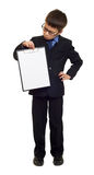 Σχολικό αγόρι στο κοστούμι και κενό φύλλο εγγράφου στην περιοχή αποκομμάτων στο λευκό που απομονώνεται, έννοια εκπαίδευσης Στοκ εικόνα με δικαίωμα ελεύθερης χρήσης