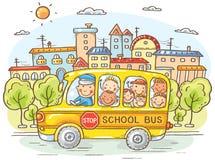 Σχολικό λεωφορείο με τα ευτυχή παιδιά στην πόλη απεικόνιση αποθεμάτων