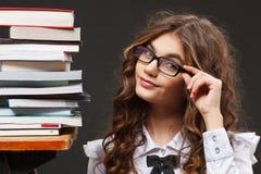 Σχολικό κορίτσι με τα βιβλία στοκ εικόνα