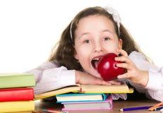 Σχολικό κορίτσι με το μεγάλο μήλο Στοκ Φωτογραφία