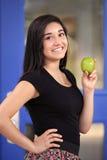 Σχολικό κορίτσι που κρατά την πράσινη Apple Στοκ Φωτογραφία