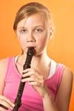 Σχολικό κορίτσι που παίζει το όργανο καταγραφής Στοκ φωτογραφία με δικαίωμα ελεύθερης χρήσης