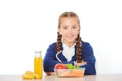 Σχολικό κορίτσι στο μεσημεριανό γεύμα που τρώει τα υγιή τρόφιμα Στοκ φωτογραφίες με δικαίωμα ελεύθερης χρήσης