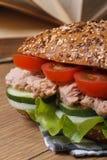 Σχολικό μεσημεριανό γεύμα: ένα σάντουιτς με τη μακροεντολή τόνου στο υπόβαθρο των βιβλίων Στοκ Εικόνα