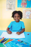 Σχολικό παιδί που επισύρει την προσοχή σε ένα φύλλο στοκ εικόνες