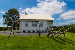 Σχολικό σπίτι Amish με την ταλάντευση και seesaw στοκ φωτογραφία με δικαίωμα ελεύθερης χρήσης