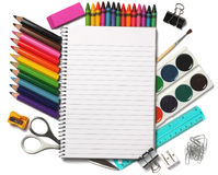 Σχολικό υπόβαθρο χρωματισμένος μολύβια, στυλός, πόνοι, έγγραφο για το σχολείο και εκπαίδευση σπουδαστών που απομονώνεται στο λευκ Στοκ Φωτογραφία