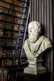Σωκράτης σε μια μυστήρια βιβλιοθήκη! Στοκ Εικόνες