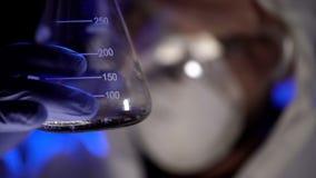 Σωλήνας δοκιμής εκμετάλλευσης φαρμακοποιών με το υγρό, που αναλύει το αποτέλεσμα της δοκιμής, βιολογικά όπλα στοκ φωτογραφία με δικαίωμα ελεύθερης χρήσης