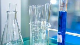 Σωλήνας δοκιμής στο εργαστήριο επιστήμης στοκ φωτογραφίες