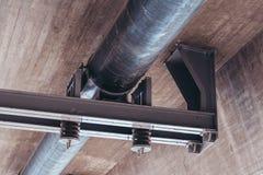 Σωλήνας κάτω από μια συγκεκριμένη γέφυρα με τις διατάξεις απόσβεσης και την υποστήριξη χάλυβα στοκ εικόνες