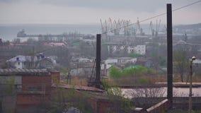 Σωλήνας και γερανοί εργοστασίων στο λιμένα απόθεμα βίντεο