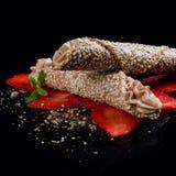 Σωλήνας σουσαμιού και καραμέλας με την κρέμα Mascarpone στοκ φωτογραφία