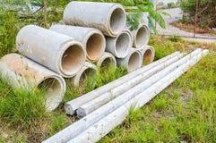 σωλήνας τσιμέντου και πόλος τσιμέντου στο έδαφος Στοκ φωτογραφίες με δικαίωμα ελεύθερης χρήσης