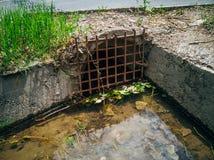 Σωλήνας υπονόμων αποξηράνσεων κάτω από το δρόμο για τα λύματα ή τα όμβρια ύδατα στραγγίγματος στοκ εικόνα με δικαίωμα ελεύθερης χρήσης
