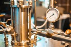 Σωλήνας χάλυβα στην κάλυψη του φαρμακευτικού αντιδραστήρα στοκ εικόνες