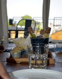 Σωλήνες δοκιμής που γεμίζουν με το κίτρινο νερό σε έναν δίσκο τροφίμων στοκ φωτογραφίες