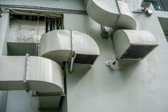 Σωλήνες εξαερισμού αέρα στον τοίχο έξω από την οικοδόμηση στοκ εικόνα