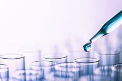Σωλήνες εργαστηριακών τεστ επιστήμης, εξοπλισμός εργαστηρίων για την έρευνα νέο μ στοκ φωτογραφία