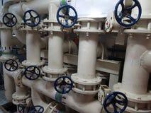 Σωλήνες και βαλβίδες σε ένα εργοστάσιο επεξεργασίας νερού στοκ φωτογραφίες με δικαίωμα ελεύθερης χρήσης