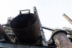 Σωλήνες, σωλήνες, καπνοδόχοι, και στενοί διάδρομοι μιας βιομηχανικής περιοχής μύλων χάλυβα στοκ εικόνες με δικαίωμα ελεύθερης χρήσης