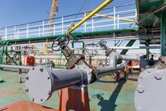 Σωλήνωση για την απαλλαγή του υγρού φορτίου από το χημικό βυτιοφόρο πετρελαίου στοκ φωτογραφία με δικαίωμα ελεύθερης χρήσης