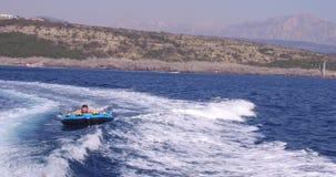 Σωλήνωση: ο νέος τύπος surfer γρήγορα οδηγά το μπλε κύμα θάλασσας φιλμ μικρού μήκους