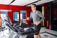 Σωματώδης νεαρός άνδρας της Νίκαιας, που συμμετέχεται στον αθλητισμό, treadmill, άσκηση πρωινού στοκ εικόνες με δικαίωμα ελεύθερης χρήσης